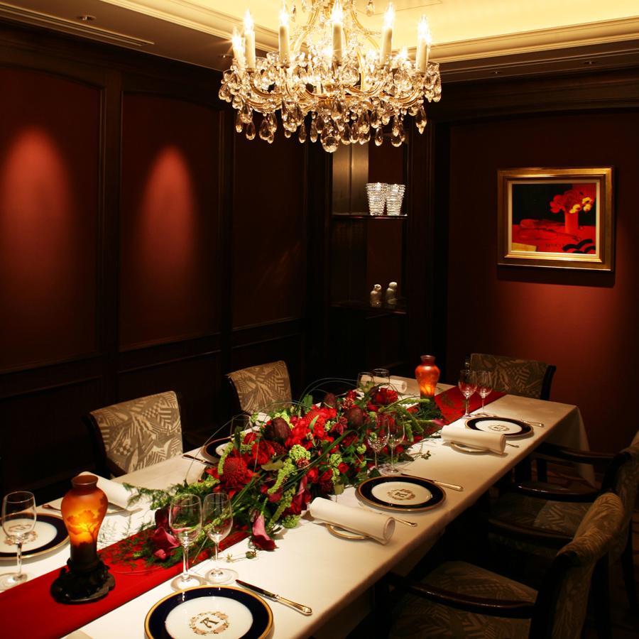 シャンデリアの明かりとボルドーカラーを基調とした個室