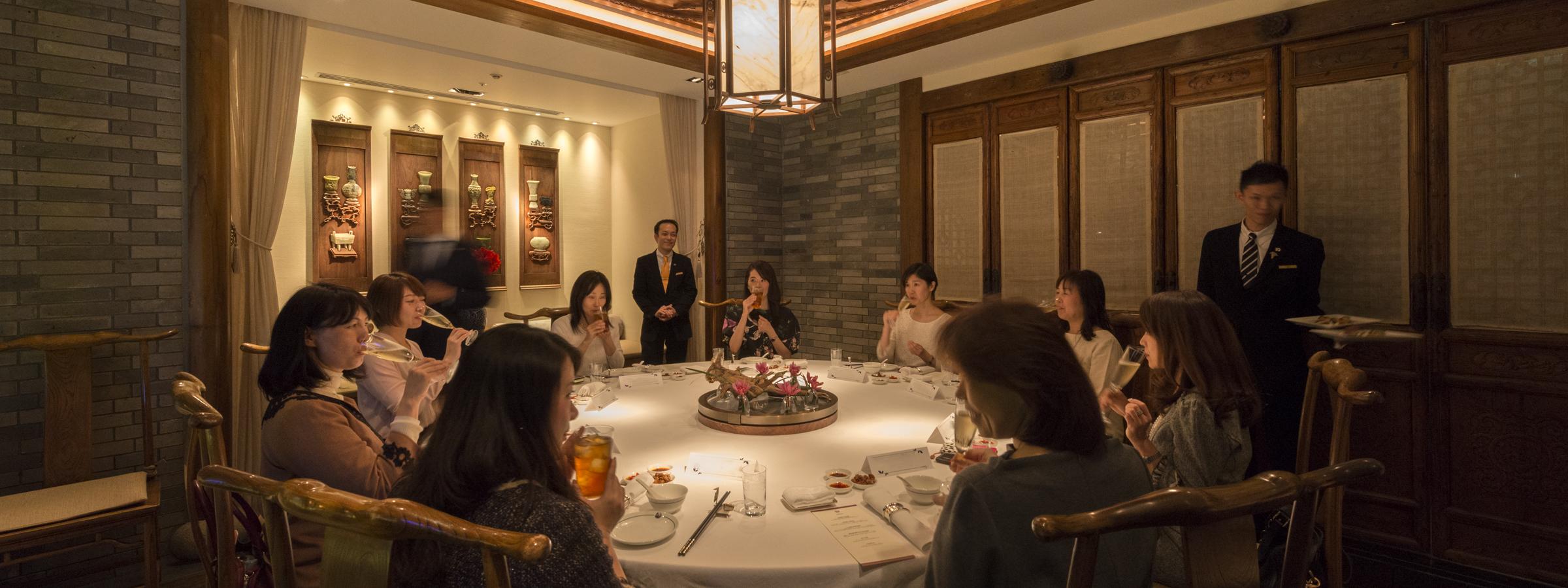ヘイフンテラス ザ・ペニンシュラ東京の会食の様子